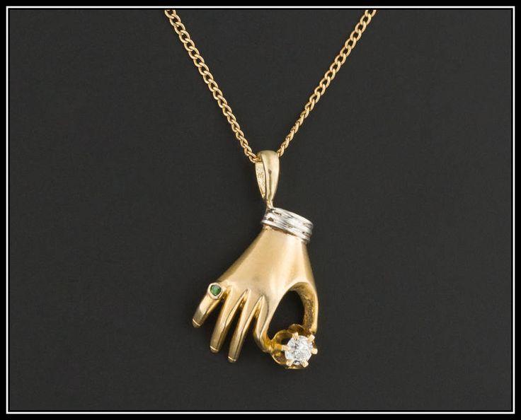 Un encanto de mano antiguo fabuloso que nuestro joyero creado a partir de un pin de palo antiguo (circa 1905-1915).  Esta hermosamente elaborado encanto se procesa de 14 k amarillo oro (sin marcar, pero ácido probado). La mano es un diamante de 3 puntos (0,03 quilates), lleva un dedo meñique Esmeralda anillo y tiene un recubrimiento de oro blanco en el brazalete.  El encanto mide 0,75 pulgadas de alto por 0,45 pulgadas de ancho. Está en excelentes condiciones.  Estamos proporcionando la…