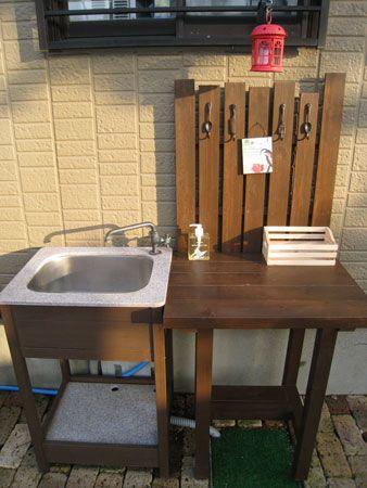 昨日出来上がったのは  ガーデンキッチン7000円値切り(笑)手直しした中古のシンクの横に置く作業テーブルでした!手洗い用に用意したシンクだけど ちょっと物を置くのにテーブルが欲しかったのそれにスノコを付けてもらったのですこの雑