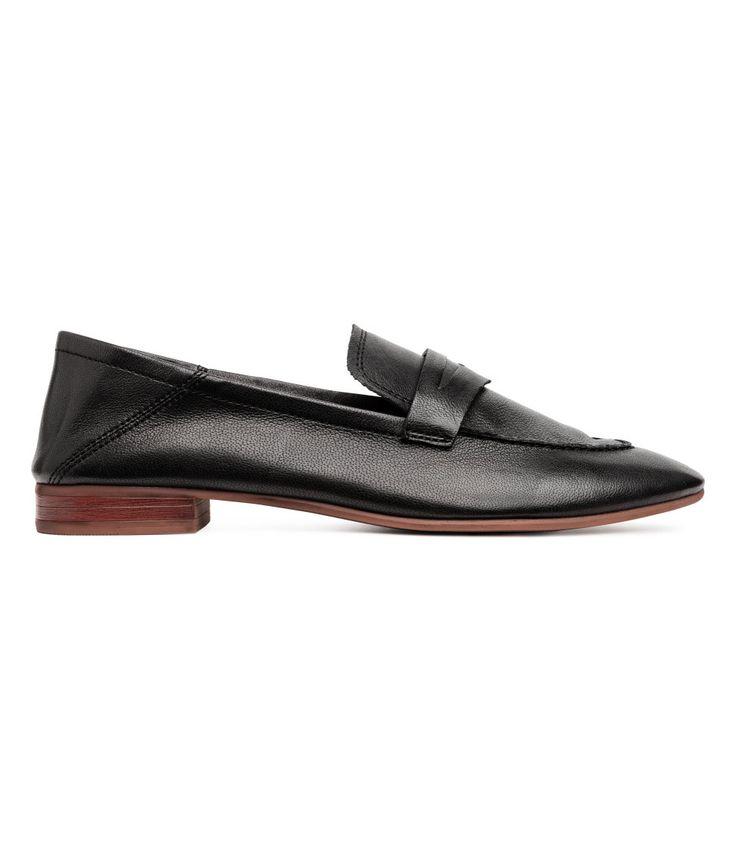 Sjekk ut dette! PREMIUM QUALITY. Et par loafers i mykt kvalitet. De har myk hælkappe og kan brukes som et par slip-ins. Fôr og innersåler i skinn. Yttersåler i gummi. Hæler 2 cm. - Besøk hm.com for å se mer.
