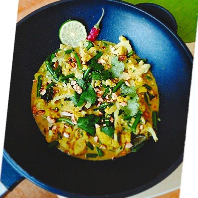 Cauliflower #curry for sunday lunch!  Можно поспамить, да? Замутила вегетарианское карри из цветной капусты и стручковой фасоли или не пускайте меня в магазины индийских специй!  Список приправ:  1- порошок карри (+ куркума для цвета) 2- гарам-масала 3- сушеный лемонграсс 4- сушеные листья лайма 5- чеснок, имбирь, лук порей, чили  6- цедра и сок лайма 7- соль и перец 8- обжаренный кешью 9- свежая кинза  Тушится все в кокосовом молоке. И это гастрономический оргазм.