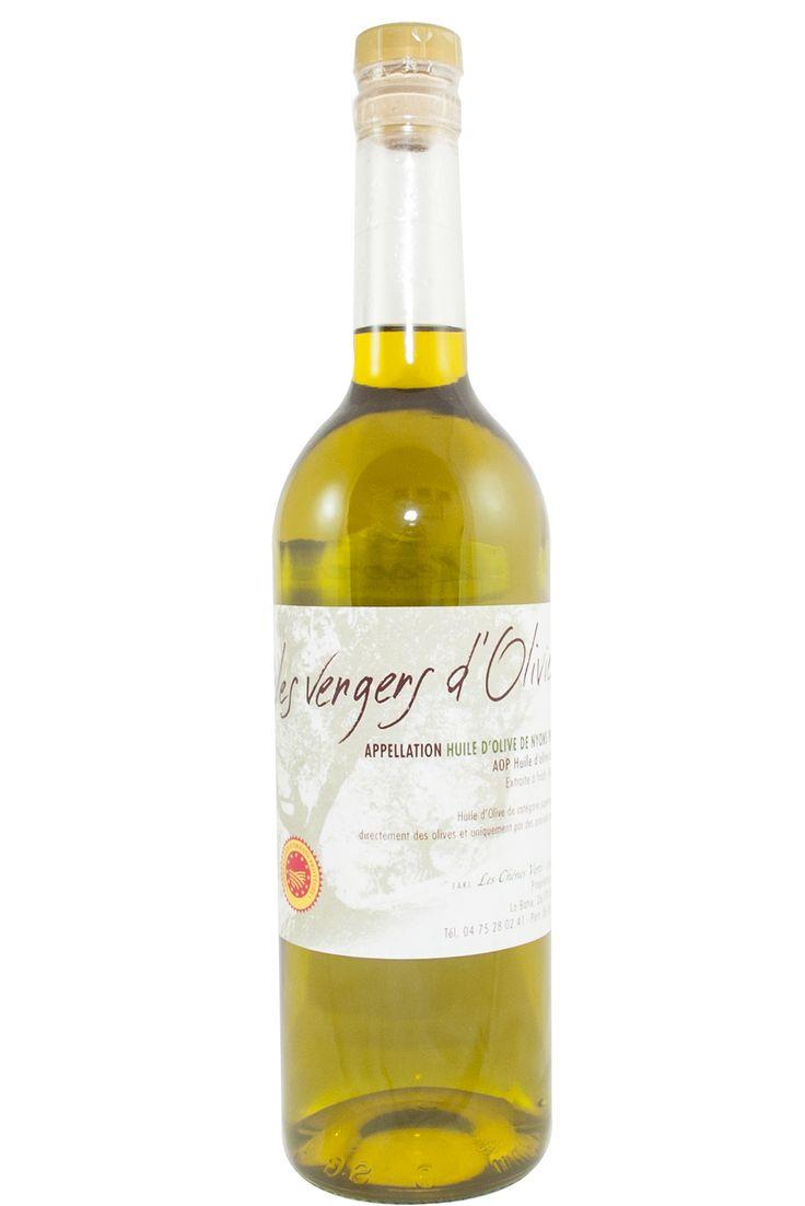 """Franse olijfolie AOP, vierge extra, Les Chênes Verts, fles à 75 cl.  Les Vengers d 'Oliviers. Deze heerlijke frisse olijfolie AOP is geoogst in 2014 en onder bescherming gebotteld in Nyons. Deze olijfolie ruikt naar pas gemaaid gras. De smaak is zacht met een frisse """"bite"""" op het eind. Een olijfolie die voor vele gerechten gebruikt kan worden. Ondanks het moeilijke jaar voor de olijfolieboeren mochten wij, voor de liefhebbers in Nederland, toch een aantal flessen van 75 cl meenemen."""