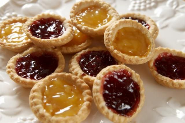 Super Easy Traditional British Jam Tarts: Jam and Lemon Tarts (A great way to use leftover pastry. This came in handy today.)