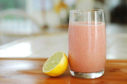 Kryddig Tropisk Smoothie Fetthalten i kokosmjölk och svartpeppar hjälp till med att förbättra kurkuminets absorption. Denna kryddiga tropiska smoothie hjälper också matsmältningen på grund av de enzymer som finns i ananas (bromelain) och papaya (papain), därför är detbra att dricka … Läs mer →