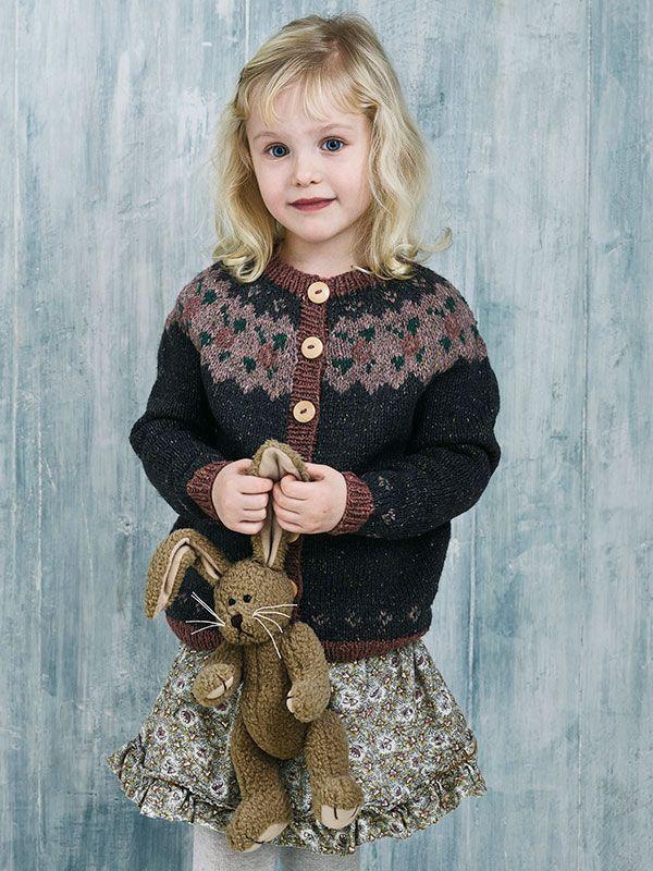 9b4eed3c482b Få en strikkeopskrift på sød trøje med rundt bærestykke til pigen ...