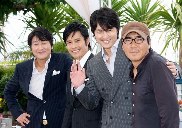 """Song Kang-ho (uno de mis actores favoritos), Lee Byung-Hun, Jung Woo-Sung, y Kim Jee-Woon, en el estreno en Cannes de """"El bueno, el malo y el increible""""."""
