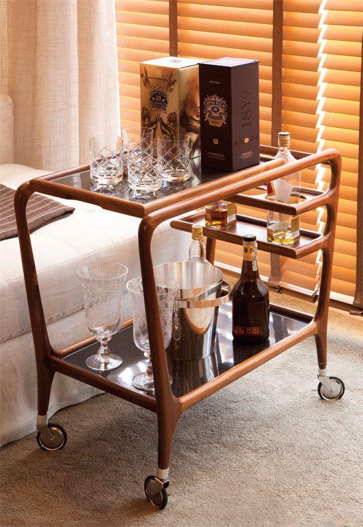 Monte um bar em um cantinho da sala - com um carrinho de chá