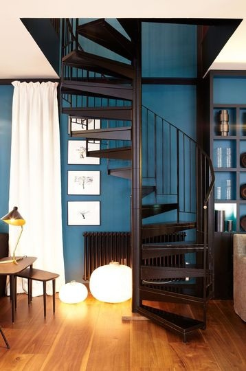 Black and blue decor in the living-room   More photos http://petitlien.fr/6ebr