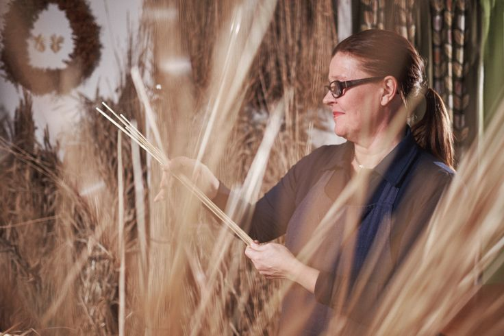 Pirjo Väisänen knows straw as material. She creates beautiful interior elements out of rye,spelt and rush straw. To see and hear more about decorations and straw workshops by Pirjo Väisänen, please contact Riitta Kiukas, Skafur-Tour.  Photo: Janne Karvinen