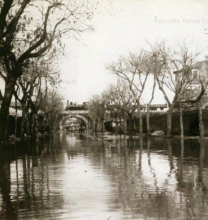 : Alluvione del Marzo 1882, Via Ostiense allagata, sul ponte della ferrovia un'antica locomotiva Anno: 1882