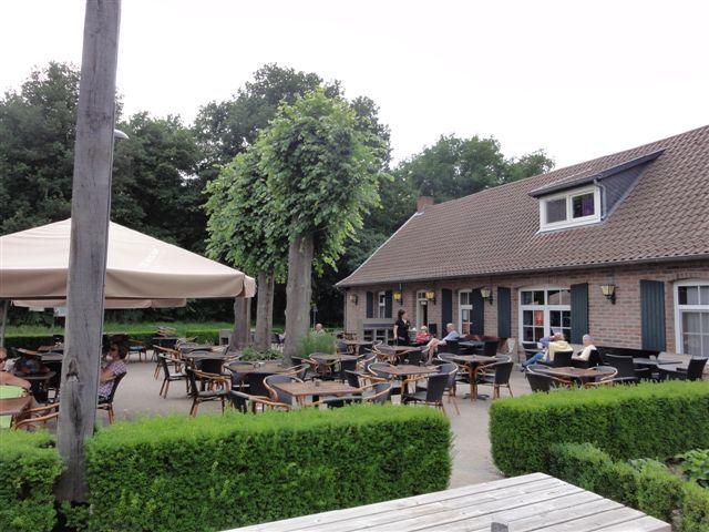 Genieten op een van de gezellige terrasjes omringd door de groene natuur! Hartje Limburg maakt het mogelijk!