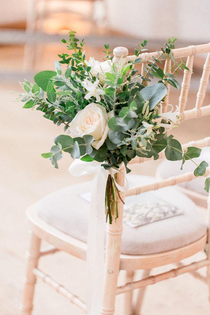 Hochzeitszeremonie Pew Ends At Wedding Barn Veranstaltungsort Surrey Millbridg Hochzei Wedding Ceremony Flowers Wedding Chair Decorations Ceremony Flowers