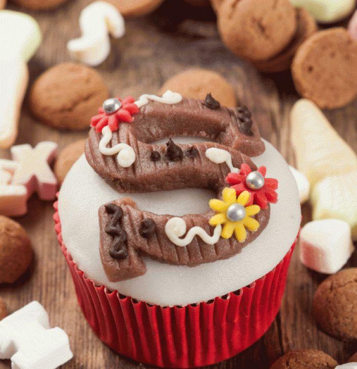 cupcakes. santaclaus themed http://www.oetker.nl/recepten/cupcakes/sinterklaas-cupcake-chocoladeletter/