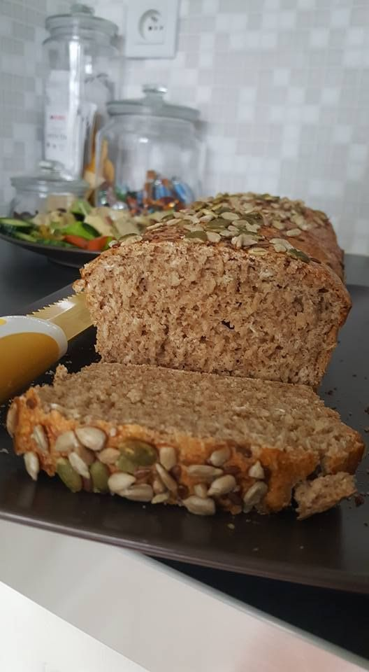 J'ai choisi pour mon tout premier post la recette de mon pain préféré, je le prépare chaque semaine (ou presque). Je le cuit puis le tranche une fois refroidi et le congèle pour avoir tout au long de la semaine, il suffira alors de sortir 1 ou 2 tranches...
