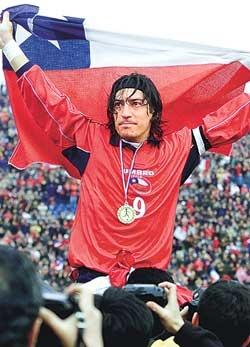 Iván Luis Zamorano Zamora (Maipú, Chile, 18 de enero de 1967) es un exfutbolista chileno, considerado uno de los mejores futbolistas en la historia de su país y uno de los mejores cabeceadores de la historia del fútbol.3 Por varios años fue el capitán de la selección chilena, en la que marcó 40 goles (34 de manera oficial), incluyendo 6 en los Juegos Olímpicos de Sydney 2000.
