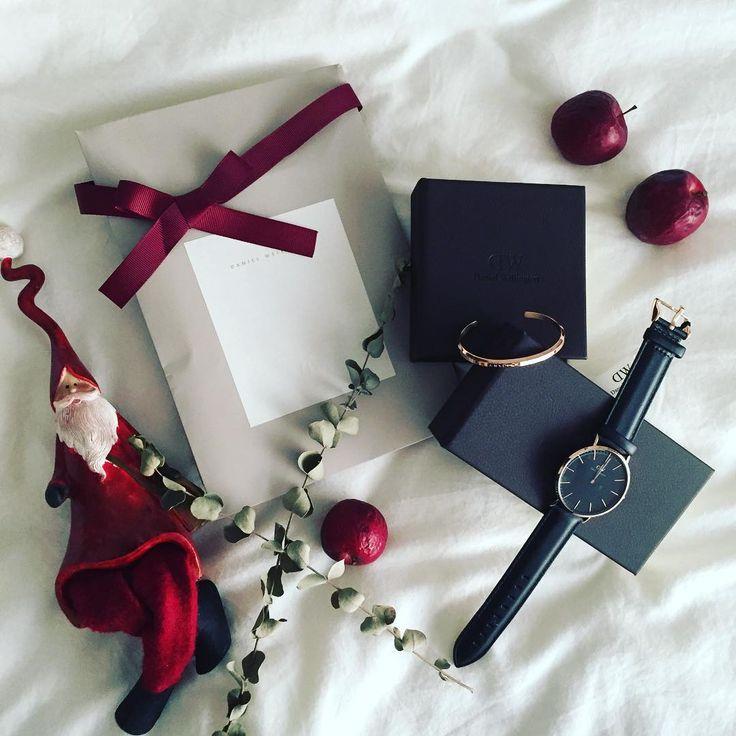 @danielWellington 様からまさかのクリスマスプレゼント❤️#DW のクリスマスキャンペーンの #モニター もさせてもらえることになり、新作の#クラシックブラック と#バングル のダブルでプレゼントしてもらいました😂💞✨ * 時計のブラックとローズゴールドの組み合わせがかっこいい‼️‼️ ジョリが目を輝かせて、欲しそうにしていたので、今回いただいた時計はジョリに好きなのを選んでもらい、ジョリにも使ってもらえるようにしました❤️バングルはわたしが使います❤貸しません(笑 こちらもローズゴールドで上品☺️✨時計とセットで使いたい✨ * まさか、2度も素敵な腕時計をいただけるとは思っていなかったので、ほんとに嬉しいプレゼントでした‼️ というわけで、恒例の宣伝1回目(笑) * #ダニエルウェリントン 様からのお知らせ🐻✨ * * 日本全国送料無料で、返送料も無料です‼️ お得❤️ * * さらに、1月15日までであれば、クーポンコードで15%割引もできて、腕時計+他の任意商品と合わせて買えばさらに10%OFFになります❤️ * *…
