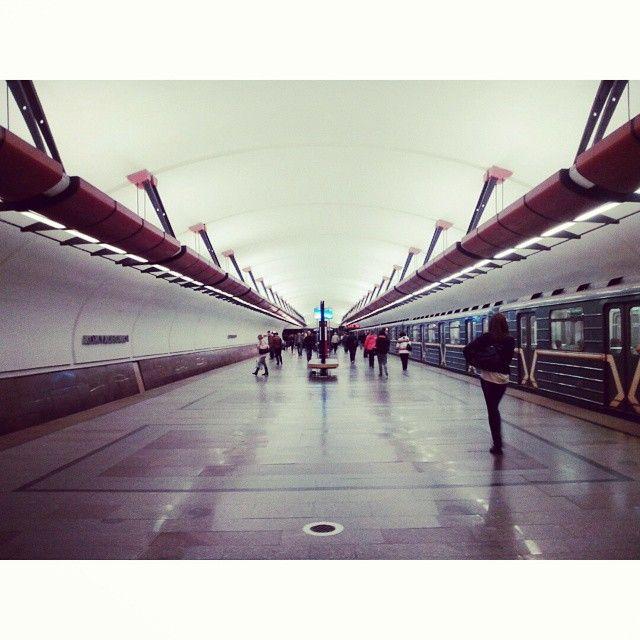 #станция #метро #Кожуховская во всём своём симметричном великолепии. Вчера же отсняла. Настроение было такое, что Видела всё, что раньше не замечала)) #город #Москва #мосметро #платформа #люди #поезд #train and #peoples in #mosmetro #Moscow #city on #platform  Made with @nocrop_rc #rcnocrop
