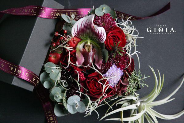 パフィオのBOXフラワー。ビビットな花材を使いかっこ良く。男性用のビフトにも。パフィオ・バラ・スカビオサ・ユーカリ・チランジア