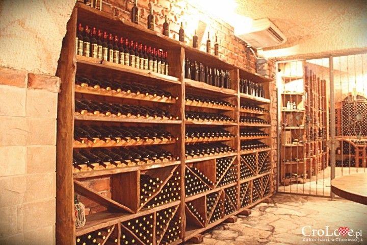 Imponująca półka na wino w piwnicy Matuško w Potomje || http://crolove.pl/winiarnia-matusko-w-potomje-na-polwyspie-peljesac/ || #wine #winery #matushko #croatia #chorwacja #kroatien #hrvatska