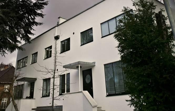 Funkis kommer af ordet funktionalisme. Et funkishus er et funktionalistisk hus med en meget klar, geometrisk, næsten terningeformet (kubisk) form. Vinduer og døre er placeret asymmetrisk i den glatpudsede og hvidmalede facade, som er helt uden overflødig pynt.