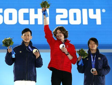 表彰式でメダルを授与され、声援に応える平野選手(右)と平岡選手(左)(写真:ロイター/アフロ)