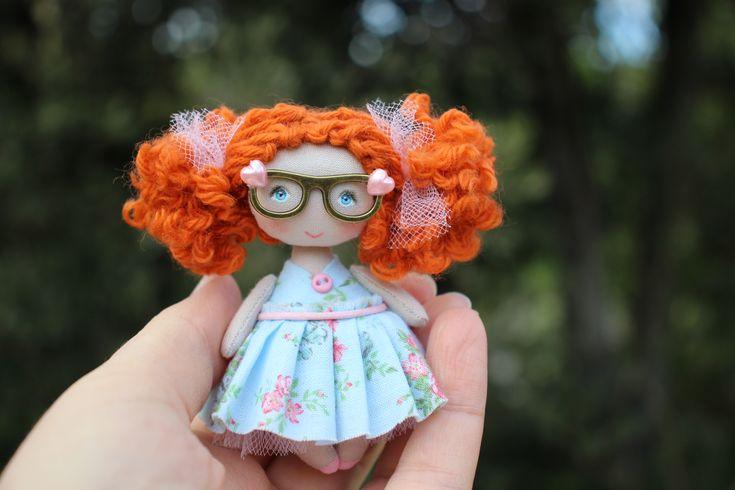 Tiny red-haired girl with glasses for dollhouse 1/12 scale  #dollhousedoll #tinydolls #dollhouseminiature #miniaturedoll #smalldolls #smalldoll #collectibledoll #clothartdoll #poupéedechiffon #minidoll #minipoupée #moppetdolls #pocketdoll #dollhouse112scale