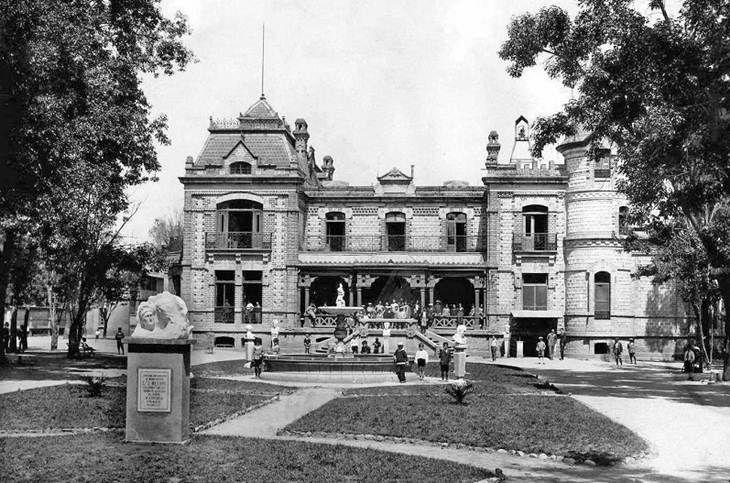 La casa y los jardines del Colegio Williams, en Mixcoac, a mediados del siglo pasado.