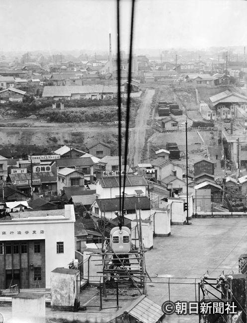 Shibuya/ 東横デパートに登場したロープウエー「ひばり号」=1951年