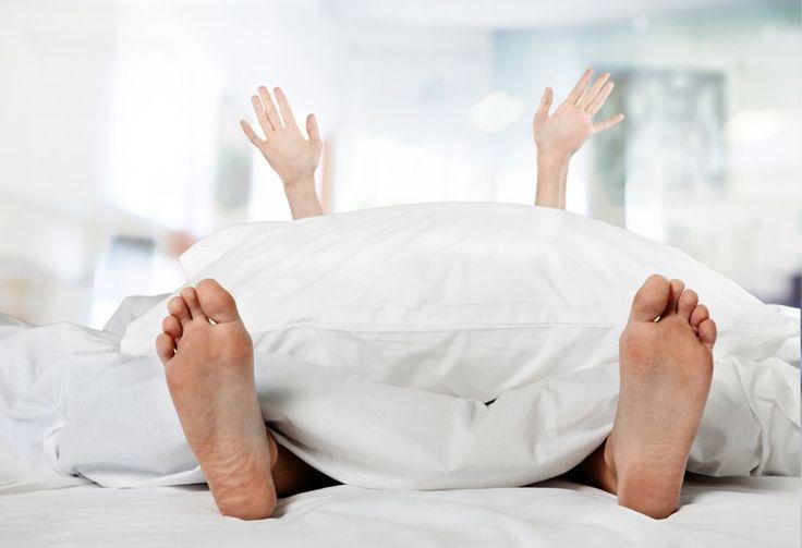 Er zijn verschillende manieren waarop je je bed kunt opmaken: alles strak ingestopt, of juist lekker rommelig met heel veel (sier)kussens. Hoe dan ook, moe...