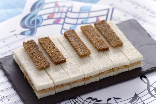 Il sandwich pianoforte è un modo alternativo per offrire uno snack salato ai vostri bambini: sandwich al tonno e maionese con i tasti neri di segale