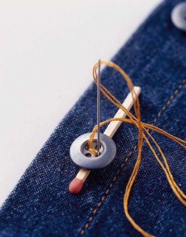 Coudre un bouton sur les tissus lourds en intercalant une allumette pour lui donner un peu de jeu. Pour les tissus fragiles ou qui déchirent (peau, cuir,...), coudre le bouton avec un autre petit bouton au verso.