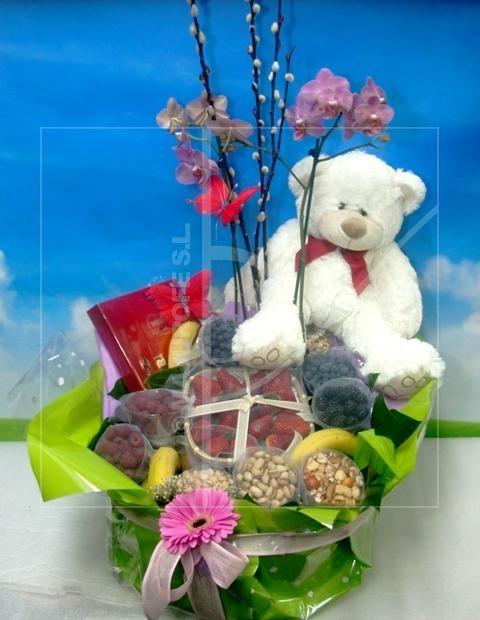 Para los más amorosos: esta cesta de frutos rojos y frutos secos, con peluche, mariposa y bombones incluido, es perfecta.