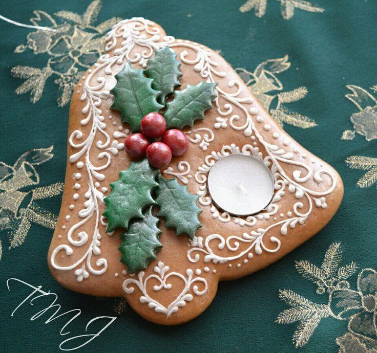 Christmas bell gingerbread cookie candle holder decorated with holly. Karácsonyi harang mézeskalács mécsestartó magyallal.