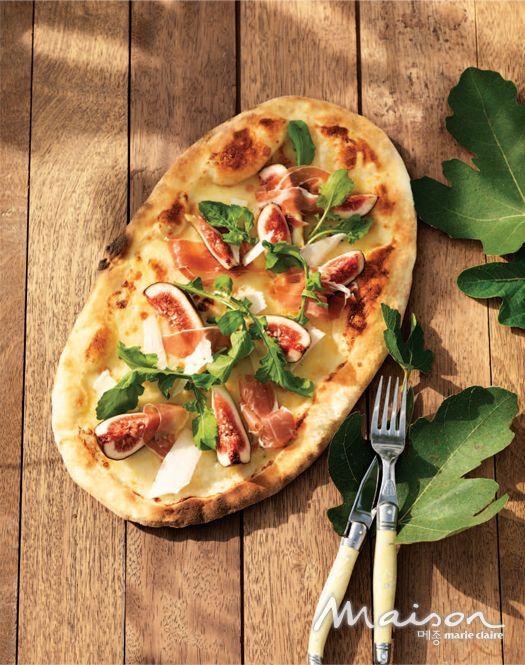 무화과와 프로슈토를 올린 화이트 피자