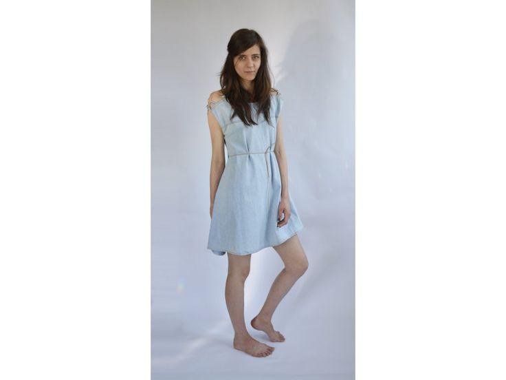Šaty Lubica Skalska 5 . Šaty, vyrobené formou upcyclingu. Jsou vytvořeny redesignem z jiného oblečení. Elegantní, nevšední šaty, s kterými uděláte parádu. Každý kus je originál. Parametry: VELIKOST: S - L DÉLKA: 90 cm ŠÍŘKA: 50 cm (přes prsa), cca...