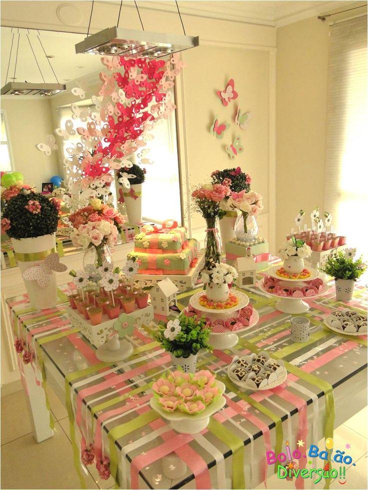 mesa decorada com fitas. Para uma festa adulto mudar cores: mais sobrias- pb, amarelo, prata