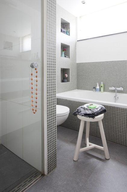 Salle de bain en mosaïque grise - petites niches à côté de la baignoire. #bathroom #grey #mosaic