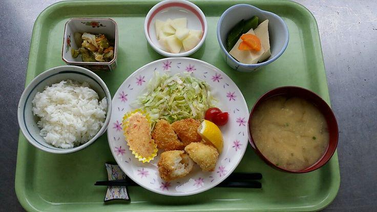 9月2日。エビカツ、高野豆腐とオクラの含め煮、じゃこ甘酢和え、えのきと揚げの味噌汁、リンゴでした!エビカツが特に美味しかったです!642カロリーでした♪