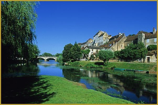 Village de Pesmes au bord de la rivière de l'oignon