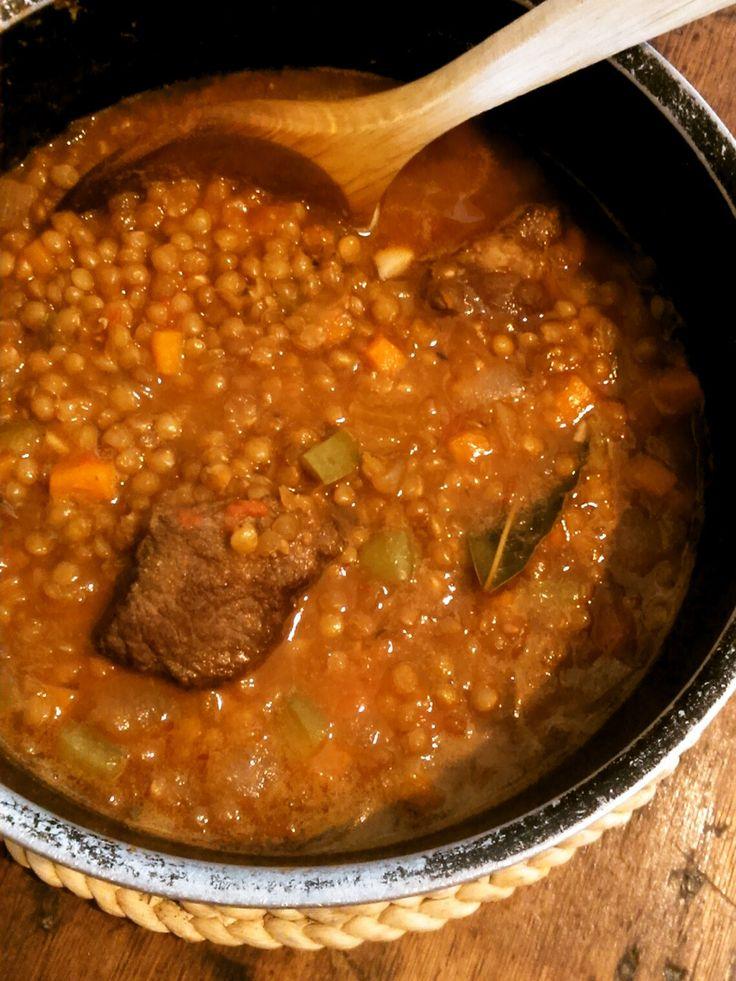 スペイン風レンズ豆と牛肉のスープ       ピーマンやトマトなどの野菜を炒めて旨みを引き出し、パプリカ粉で風味づけしたスープです。牛肉もしっかり煮込んで食べやすく♪  材料 (4人分) 牛肉(角切り) 300g 塩 小さじ1~ オリーブ油 大さじ2 A にんにく 1かけ A トマト 2個 A ピーマン 2個 A ローリエ 1枚 B にんじん 1本 B 玉ねぎ 1個 B レンズ豆 200g B パプリカ粉 小さじ1 B クミン 小さじ1/2 B タイム(あれば) 小さじ1/2