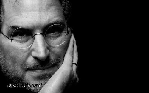 Почему Стив Джобс не слушал своих клиентов?   «Очень трудно создавать продукт для конкретных людей. Чаще всего люди сами не знают, чего хотят, пока ты не покажешь им это» - Стив Джобс.   В этой выдающейся цитате содержится одно из самых известных убеждений крайне самоуверенного человека. Независимо от того, нравится оно вам или нет, это заявление всегда на слуху — из-за смелых выводов относительно роли обратной связи с потребителем.   Forbes назвал это цитату «опасным уроком». Но все же…