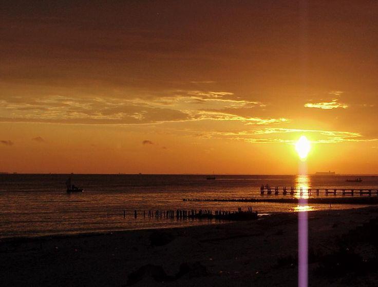 Buenos días! Good morning! #sunrise #sun #sky #skyporn #cloudporn #nature #clouds #horizon #photooftheday #instagood #warm #view #instasky #beach #water #ocean #sand #reflection #waterfoam #seashore #waves #wave #igyucatan #allmexico365 #chelem #yucatan #travel #landscapes #landscapephotography