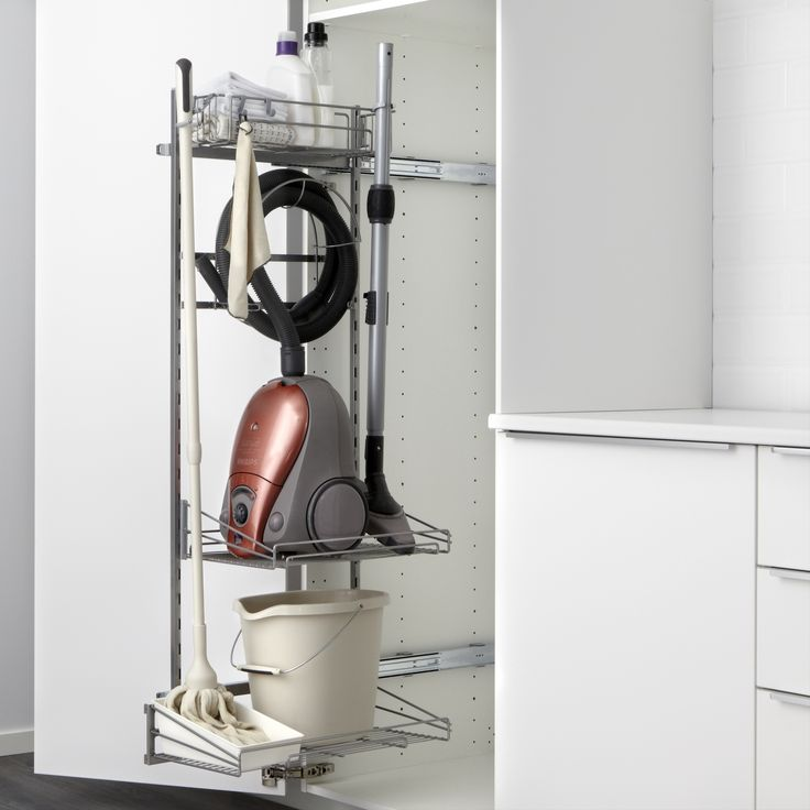 Produsele de curățenie stau aliniate și pregătite în organizatorul UTRUSTA.
