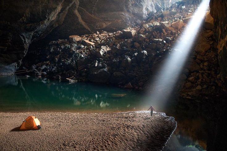 «Луч света в темном царстве». Вьетнам. Ханг-Ен — третья по величине пещера в мире. Огромные участки рухнувшей скалы формируют «световые люки», которые озаряют подземелье.
