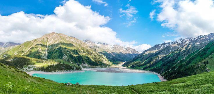 Tırmanışa başlamadan önce,Büyük Almatı Gölü'nün etrafını çevreleyen Tanrı dağları ve büyüleyici doğanın üzerindeki yansımaları ile de size harika bir manzara sunuyor.