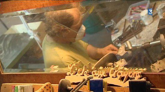À Olliergues, dans le Puy-de-Dôme, Patrick Tourre nous fait découvrir son atelier et le façonnage de ses précieux crayons.