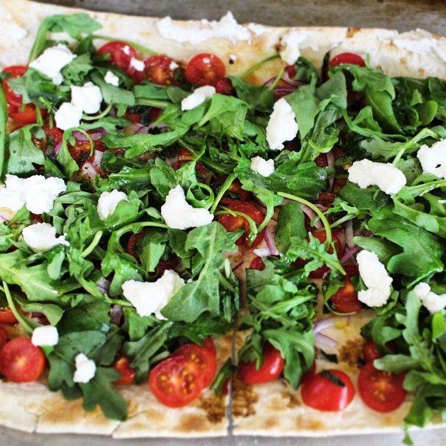 グリルしたミニトマトのせてブロイルしたフラットブレッドにルッコラのサラダとフェタチーズをのせて / Broiled cherry tomatoes, arugula salad and feta cheese on flatbread