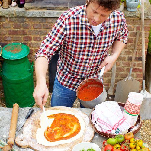 Met dit basisdeeg zal jouw pizza gegarandeerd slagen! De tomatensaus maak je ook zelf: dat lijkt lastig, maar is werkelijk een fluitje van een cent! Mocht je saus overhebben, dan gebruik je het de dag erna lekker in een pastagerecht.    Ps: jouw...