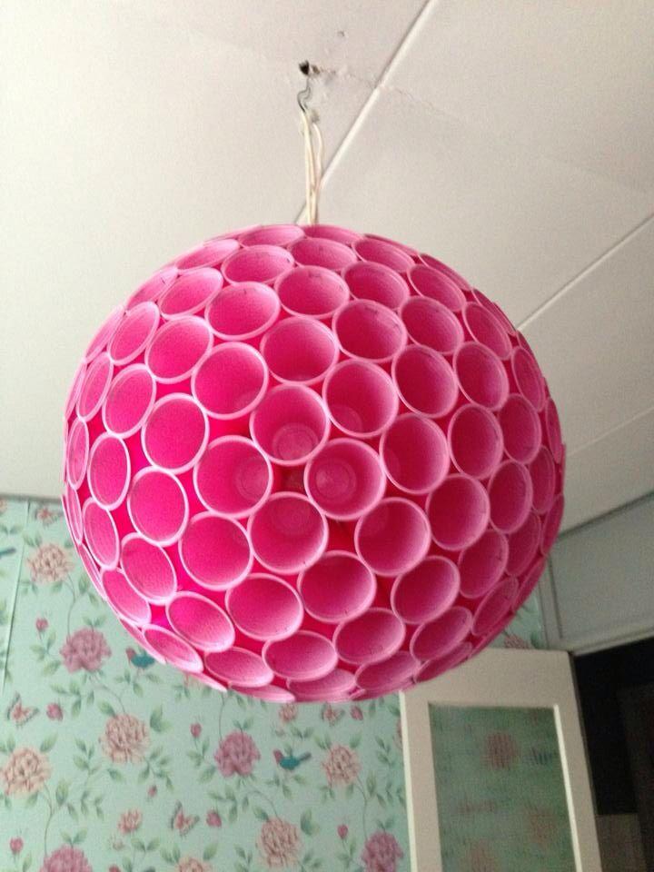 Lamp gemaakt van heel veel plastic bekers. Met dank aan pumps en pluggen