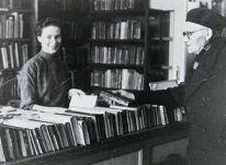 Bibliotheek Vlissingen in 1954. De bibliothecaresse helpt een klant.
