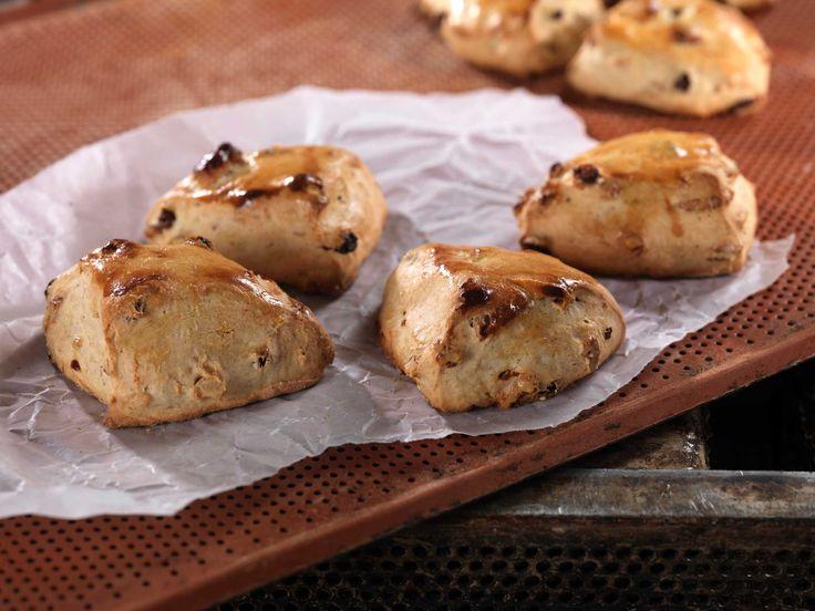 Hvert år selges tusenvis av boller, brød og scones over disken i det koselige Bakeriet i Lom. Nå deler vi Morten Schakendas gode oppskrift med deg...